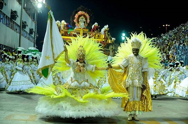 rio-carnival-samba-school-flags-imperatriz-leopodinense-flag-bearer