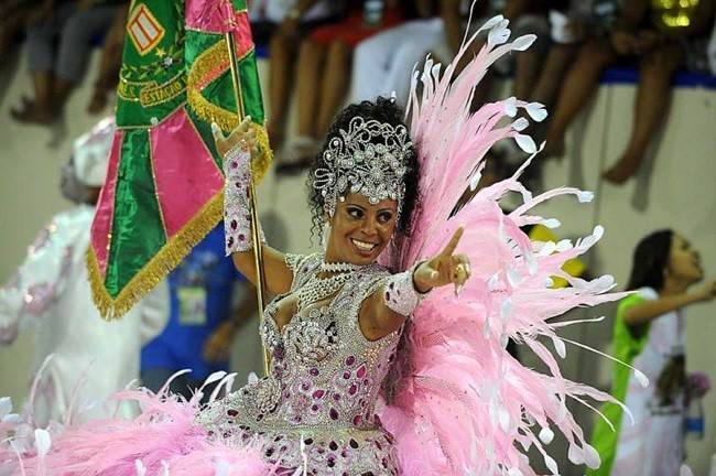 rio-carnival-samba-school-flags-mangueira-flag-bearer