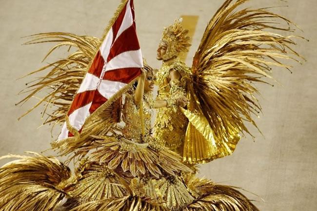 rio-carnival-samba-school-flags-porto-da-pedra-flag-bearer