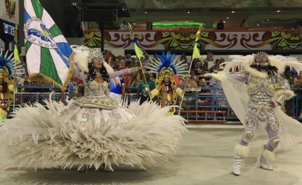 rio-carnival-carnival-samba-parade-sambadrome-flag-bearer-academicos-rocinha[1]