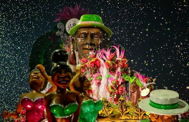 rio-carnival-samba-parade-sambadrome-samba-dancer-mangueira-samba-school2